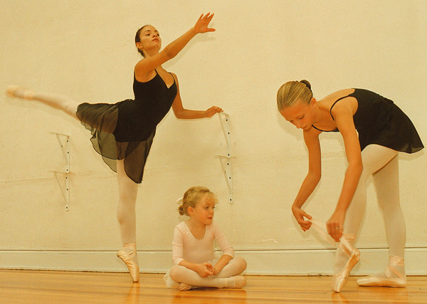97/08/28-- ballet school--Takaaki Iwabu photo-- Dancers of The Centre For Ballet will start their lesson in their new site at Red Brick School in Lewiston in the end of September. Posing for photo are, from left, Dena Quarantillo, 16, Claire Canon, 5, and Grethe Gruarin, 10. <br /> <br /> tmc photo
