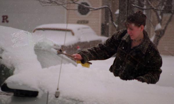 98/1/14 Jan Snow ENT2-Rachel Naber-Robin Siejak a senior at Lockport High School brushes off her car one more time.