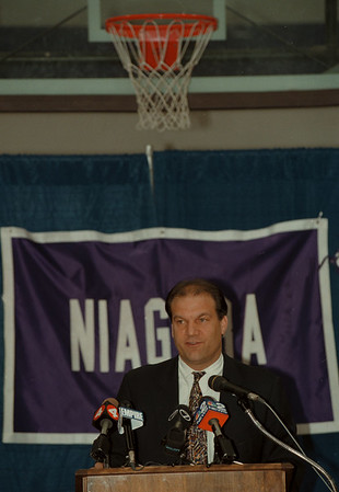 98/04/08--NU HOOPS COACH--DAN CAPPELLAZZO PHOTO--NU HOOPS COACH JOE MIHALICH, FORMERLY OF LA SALLE UNIVERSITY, TALKS TO THE PRESS AT THE GALLAGHER CENTER.<br /> <br /> SP