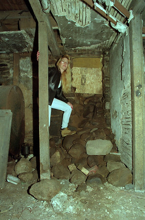 98/04/15 Cindy's Basement *Dennis Stierer photo - This area in the basement is a possible exit for slaves.