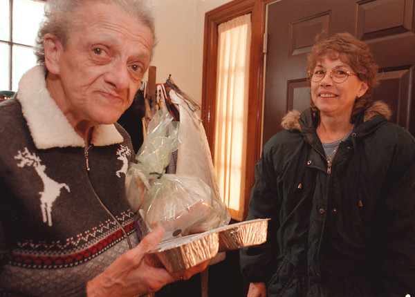 98/01/16--MEAL PROGRAM--DAN CAPPELLAZZO PHOTO--76-YR-OLD EVELYN STEELE, 60TH STREET, RECEIVES HER LUNCH FROM  AGING SERVICES AID JENEAN KERSHAW AS PART OF THE N.C. HOME DELIVERED MEAL PROGRAM. THE PROGRAM IS IN DESPERATE NEED OF VOLUNTEERS.<br /> <br /> **SEE ATTACHED SHEET**
