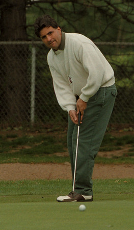 98/06/02---MMC GOLF TOURNEY--DAN CAPPELLAZO PHOTO--NIAGARA HEALTH SYSTEMS EMPLOYEE DAVID ROSS KEEPS HIS EYE ON THE BALL AS HE PUTTS ON 16 AT THE NFCC.<br /> <br /> SP