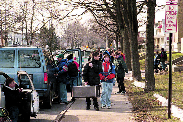 98/02/05--GASKILL SCHOOL--DAN CAPPELLAZZO PHOTO--PARENTRS WAIT FOR STUDENTS AS GASKILL SCHOLL LETS OUT THURSDAY AFTERNOON.<br /> <br /> 1A