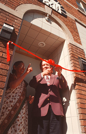 97/09/05-- open house--Takaaki Iwabu photo-- Husnara Sundram, exective director of Feelowship House Inc., watches Mayor James Galie cuts a ribbon during the open house ceremoney at 1204 Niagara St. Friday.