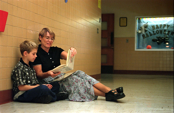98/10/08 Albion Crowded-Rachel naber photo-Ben Stone a 3rd grader at Albion Primary is taught in the hallway by reading specialist Roxanne Wallace because the school has to find  creative solutions to classroom overcrowing.