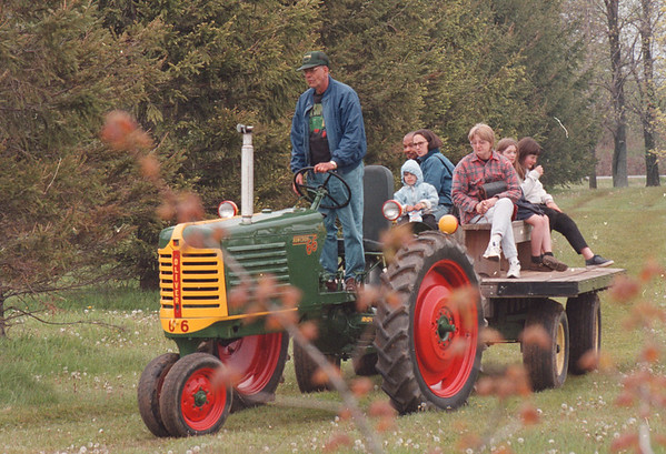 5/26/97--old fashion farmers--dan cappellazzo photo--AL OLIVER, OF MIDDLEPORT, GIVES A TRACTOR RIDE TO KIDS AND ADULTS AT THE BABCOCK MUSEUM OLD FARM FESTIVAL IN BARKER SUNDAY.<br /> <br /> GR