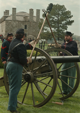 98/05/2--Fort Niagara--Takaaki Iwabu photo-- Re-enactors of  1st New York Reynolds Light Artillery, Rochester, take a gunnery class at Old Fort Niagara Saturday as part of Civil War Artillery School. <br /> <br /> Sunday, local, both color + bw versions