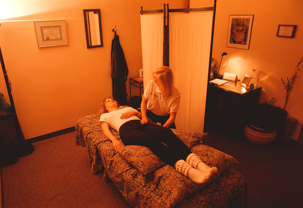 98/02/19--MASSAGE 2--dan cappellazzo photo--THE RELAXATION ON  A CALMING ATMOSPHERE OF THE CENTER STREET OFFICE.<br /> <br /> FEATURE