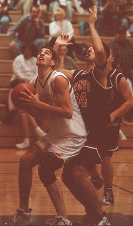 98/02/26--SECTIONAL/CROFF & PAVICITCH/B&W--DAN CAPPELLAZZO PHOTO--CROFF BATTLES PAVICITCH UNDER THE BOARDS