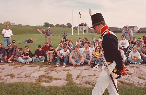 97/09/28--FT NIAGARA/1812--DAN CAPPELLAZZO PHOTO--CORPAL, ROYAL REGIMENT ARTILLARY (BRITISH) 1812 KURT RICKER REVIEWS THE TROOPS BEFORE PREPARING FOR THE CANNON FIRE AT FT. NIAGARA.<br /> <br /> LOCAL
