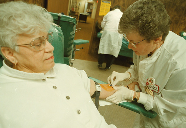 98/03/02--BLOOD DRIVE--DAN CAPPELLAZZO PHOTO--RED CROSS BLOOD COLLECTION TECH. ANNA ZARCONE DRAWS BLOOD FROM LONG TIME DONER ANGIE KUJAWA AT THE ASHLAND AVE RED CROSS. KUJAWA IS CLOSE TO THE 2 GALLON MARK.<br /> <br /> LOCAL