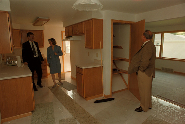 98/06/03--LOVE CANAL HOMES--DAN CAPPELAZZO PHOTO--LCARA BOARD OF DIR AND RESIDENT MAURICE LaBELLE LOOKS IN THE CLOSET AS LCARA EXE DIR SUSAN L. BLOSS AND  WHEATFIELD COUNCILMAN LARRY HELWIG LOOK OVER THE KITCHEN IN A LOVE CANAL REHAB HOME AT 9712 COLVIN.<br /> <br /> LOCAL