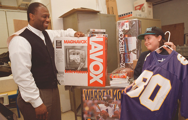 3/20/97--BOYS/GIRLS CLUB PROMO--DAN CAPPELLAZZO PHOTO--KNUCKLES BRADLEY AND 11-YR-OLD CRYSTAL BEST CHECK OUT SOME OF THE GOODIES THAT ARE INVOLVED WITH BOYS AND GIRLS CLUB AUCTION.<br /> <br /> NEWS