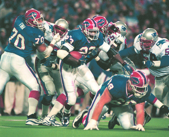 97/11/11--BILLS OFFENSE--DAN CAPPELLAZZO PHOTO--BILLS O-LINE STRUGGLES TO MAKE ROOM FOR ANTWON SMITH IN 3RD QUARTER ACTION.<br /> <br /> SP