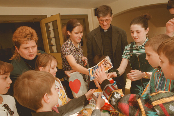 98/02/01--FOOD DRIVE/METHODIST--DAN CAPPELLAZZO PHOTO--KATHY MASUR, LAY LEADER 1ST UNITED METHODIST, AND REV. CHUCK EXCELL HELP CHILDREN FROM THE CONGRAGATION LOAD DONATED FOOD STUFFS FOR THE VICTIMS OF THE ICE STORMES IN THE NORTH COUNTY OF NYS.<br /> <br /> LOCAL
