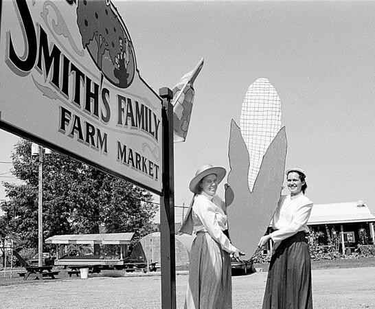 98/08/12 Smith's Farm *Dennis Stierer Photo -<br /> Left - Judy Clonan-Smith<br /> Right - Guin Smith
