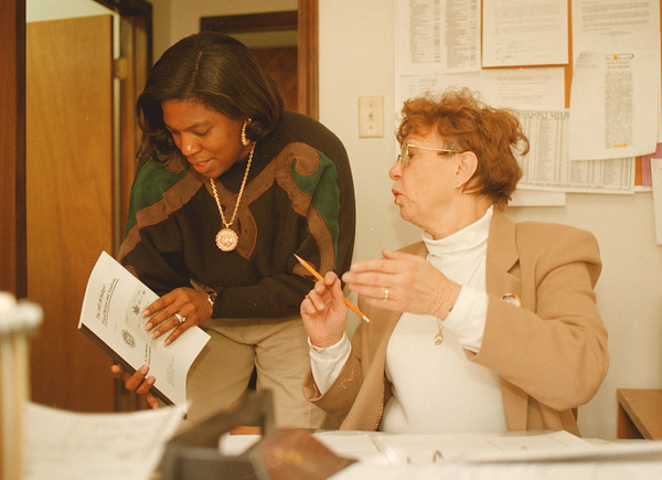 98/02/05-- Assembly -- Takaaki Iwabu photo-- Cynthia L. Saunders, left, and Carol J. Brandon, special projects coordinator to Assemblyman Joseph T. Pillittere, work at his office on Pine Avenue in Niagara Falls. (for Horshell's story ) <br /> <br /> color, Sunday, 1a