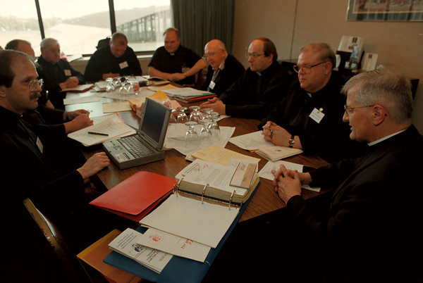 98/04/20--PRIESTS/BISHOPS--DAN CAPPELLAZZO PHOTO--FATHER GOSZ LEADS FOLLOW MEN OF THE CLOTH, FROM AROUND THE US AND POLAND, IN PRAYER TO BEGIN A SERIES OF WEEKLONG MEETING AT THE CLARION