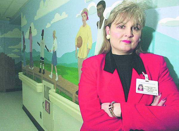 1/15/96-- kids health 2-- Takaaki Iwabu photo-- Sharman Staschak, manager of Bridges Child and Adolecent Unit in Memorial Medical Center, directs the program. (She stands in front of mural painted on the wall of Unit)<br /> <br /> living Sunday
