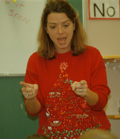 98/12/04 Reading Program 3 - James Neiss Photo - Carrie Cino, Multi Age Teacher teaches 1 & 2nd graders. Here she works on pronouncing words.