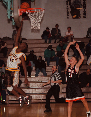 97/12/03--b&W hoops--dan cappellazzo photo--lasalle's jason seaberry goes up for the lay up in first half action.<br /> <br /> sp