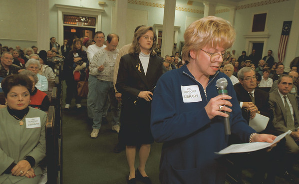 97/11/18--CITY HALL/BUDGET--DAN CAPPELLAZZO PHOTO--CYNTHIA HATALAK, LASALLE BUSINESS & PROFESSIONAL ASSOC., TALKS TO THE COUNCIL ABOUT THE CUTS TO THE LIBRARY.<br /> <br /> 1A