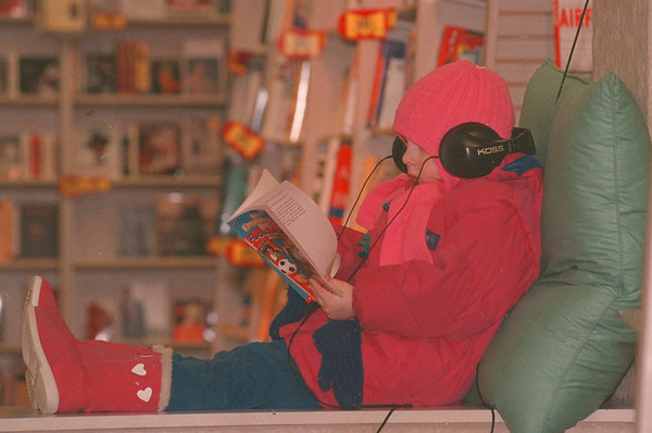 2/16/97--READING--DAN CAPPELLAZZO PHOTO--5-YR-OLD TARANEH JACOBS, OF N.F., READS A BOOK BUNDLED UP AT MEDIA PLAY.<br /> <br /> GRAPE