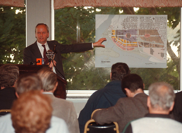 97/10/16 Niagara's Future - James Neiss Photo - A community meeting to discuss Niagara redevelopment. Here Bruce Jolley, Associate director of planning for Jerde Partnership International, talks about the target areas for development in Niagara Falls.