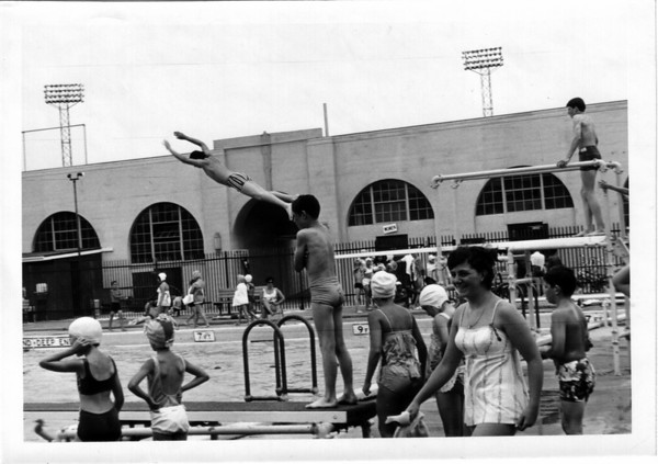 Parks - Swimming<br /> Hyde Park Swimming Pool<br /> Photo - By Niagara Gazette - 7/18/1971.