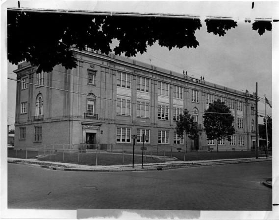 Schools - Niagara Falls 17th Street School<br /> Photo - By L. C. williams - 6/8/1973.