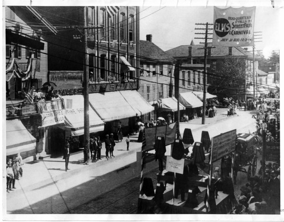 Streets - Main Street<br /> Main Street between Ontario and Niagara Ave. Early 1900's.<br /> Photo - By Niagara Gazette - Early 1900's.