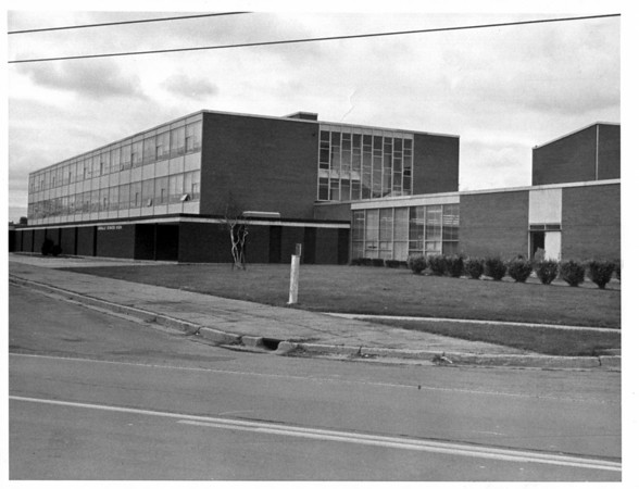 Schools - Niagara Falls , LaSalle Senior.<br /> Photo - L. C. Williams - 10/29/1980.