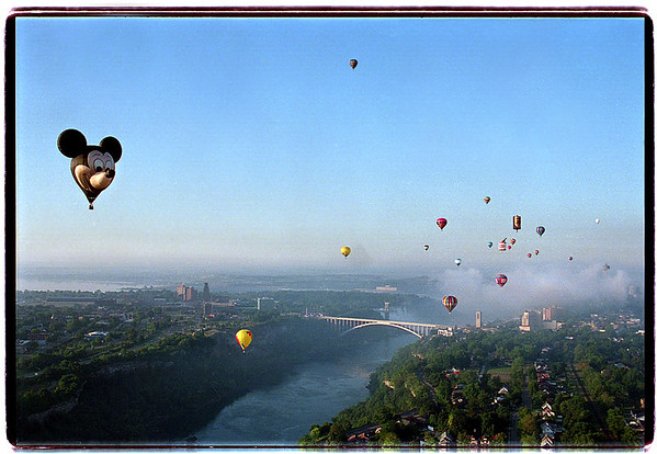August 26, 1993: Approximately 45 hot-air balloons launched from Niagara Falls, Ontario, at sunrise, drift over the Niagara River gorge. The balloons were taking part in the Uplifitng Inernational Hot-Air-Baloonfest '93.