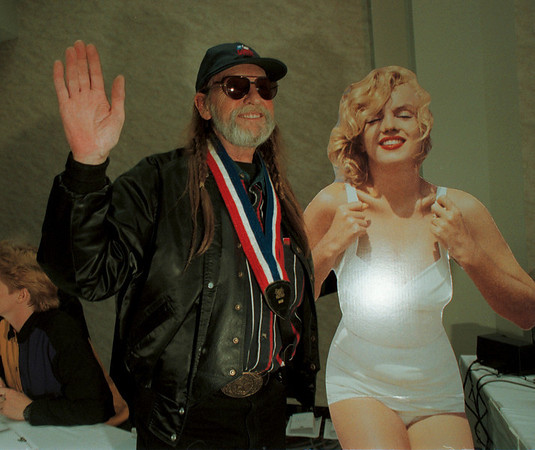 98/06/10-- Film Festival --Takaaki Iwabu photo-- Legendary folk singer Willie Nelson stoped by the Wednesday's auction of Marilyn Monroe memorabilia in Niagara Falls, Ontario. Auction was part of the ongoing Film Festival. <br /> <br /> 1A, color, Thursday