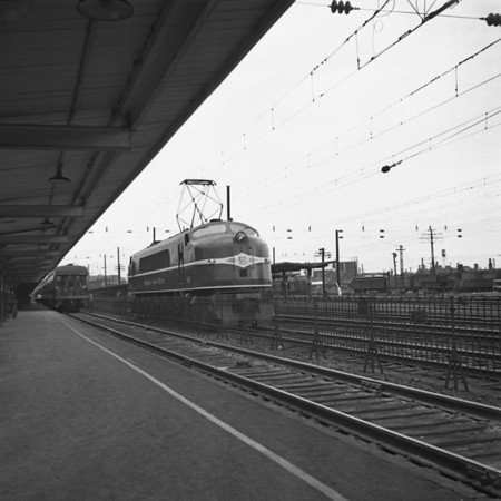 NH electrics used from New Haven to New York at New Haven Station. 1940-01n4_dK