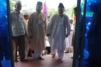 National Ameer (L) entering the mosque accompanying Sadr Ansarullah (M) and Naib National Ameer & Sec. Properties Moham