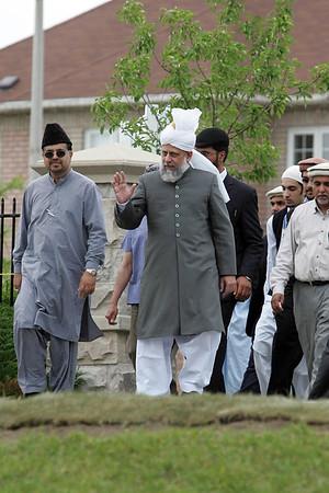 Hazrat Sahib waves to Lajna