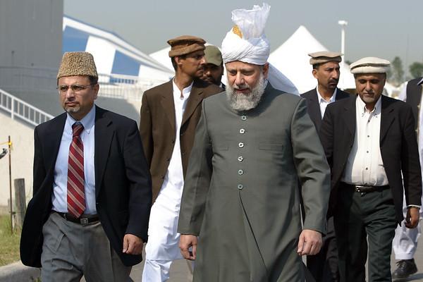 Dr Nasim Rehmatullah, Naib AMeer USA, escorting Huzur(aba) to USA Majlis Amla meeting