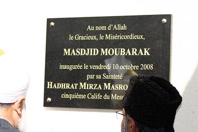 Huzur (aba) Inaugurating Mubarak Mosque