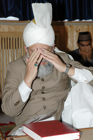 Huzur leading silent prayer