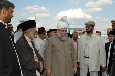 Regional Amir Mainfranken Ehsanul Haq Sahib showing Huzur the mosque