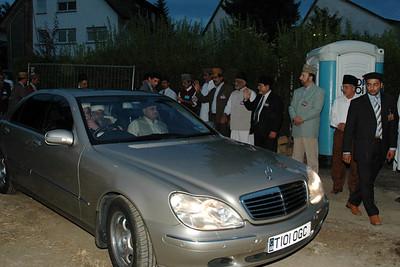 Huzur arrives at Bait-ul-Jamia