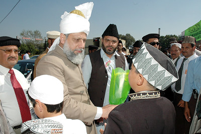 Child welcomes Huzur with flowers