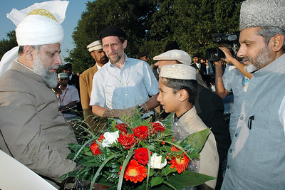 Child gives Huzur the flowers