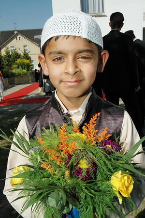 A Child waiting with flowers to welcome Huzur