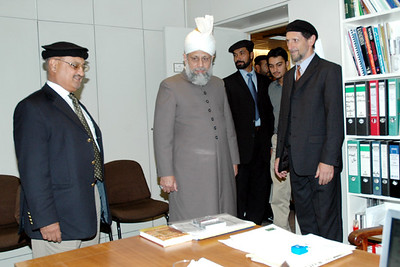Huzur visits Amir Sahib Germany's office