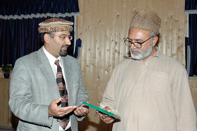 Sadar Majlis khuddamul Ahmadiyya Germany (left) presenting a gift to Mubashir Kahlon Sahib