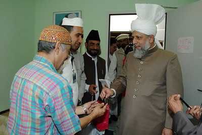 Huzur gives pens to MTA workers