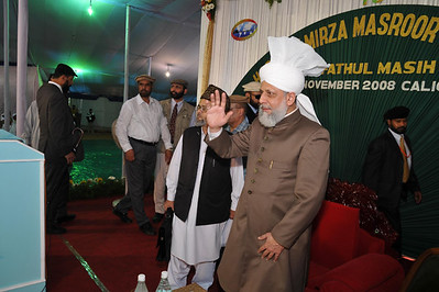 Huzur waving in reception to audience