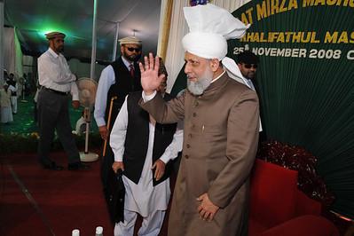 Huzur waving in reception